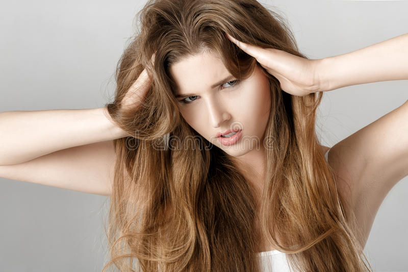 Портрет женщины осадки с длинными волосами безвыходность или головная боль стоковая фотография rf