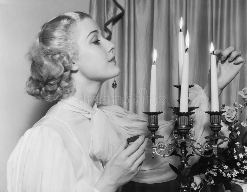 Портрет женщины освещая свечи (все показанные люди более длинные живущие и никакое имущество не существует Гарантии поставщика ко стоковое фото rf