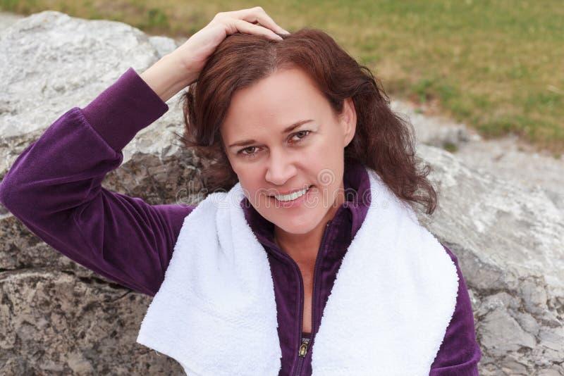 Портрет женщины охлаждая вниз после разрабатывает стоковые изображения