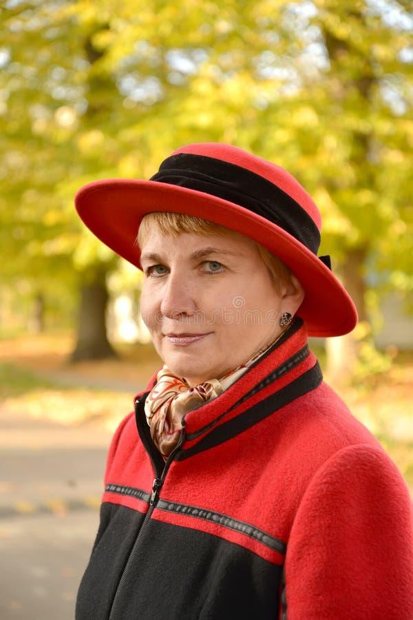 Портрет женщины пенсионного возраста на улице осени стоковое фото rf