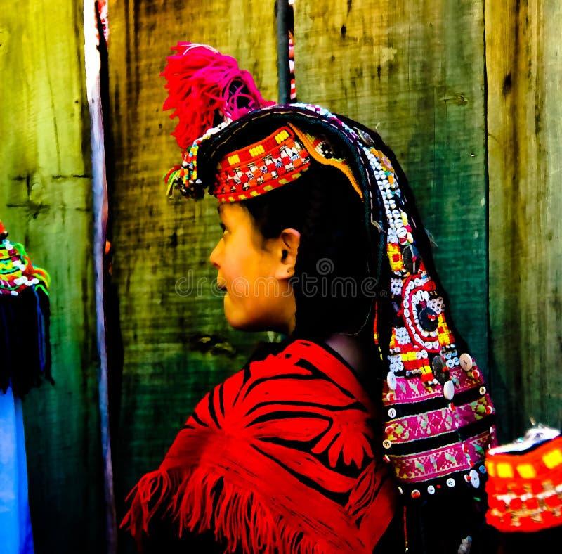 Портрет женщины племени Kalash в национальном костюме на фестивале Joshi стоковая фотография rf