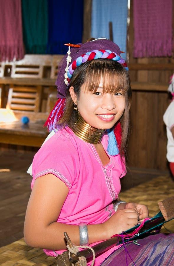 Портрет женщины племени Kayan Lahwi с латунными кольцами на Ла Inle стоковая фотография rf