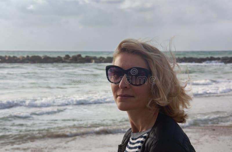 Портрет женщины против моря стоковые фото