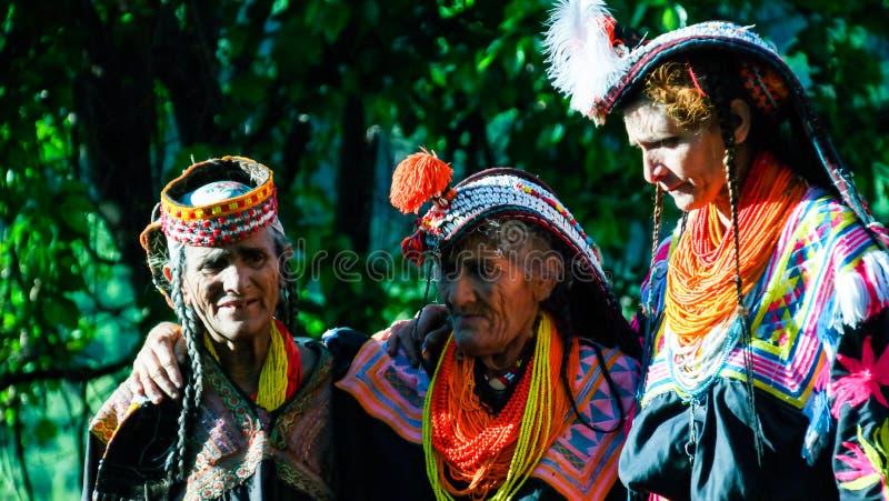 Портрет женщины племени Kalash в национальном костюме на фестивале Bumburet Joshi, Kunar, Пакистане стоковые фото