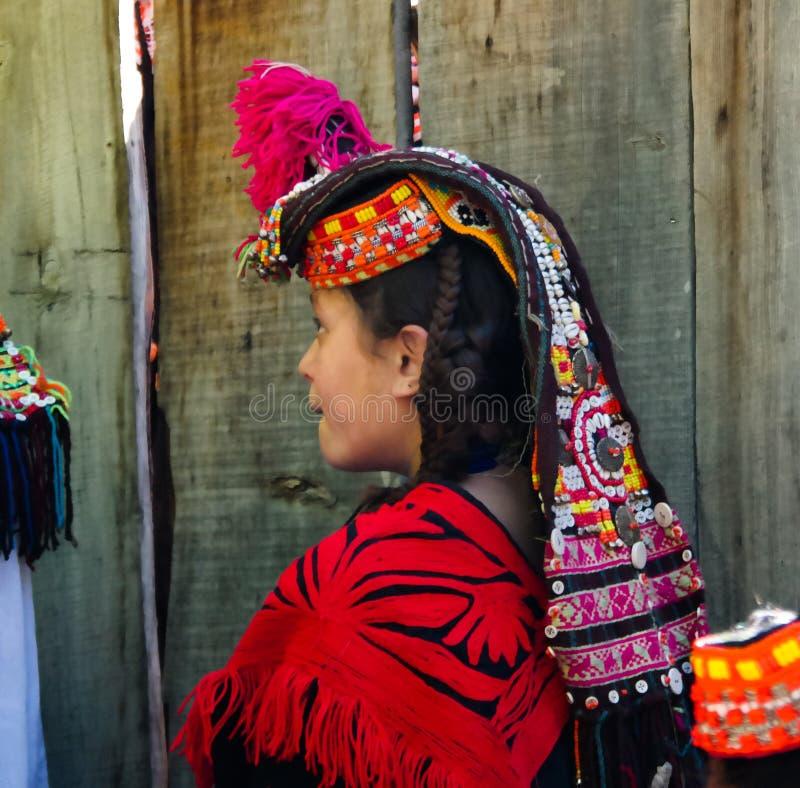Портрет женщины племени Kalash в национальном костюме на фестивале Bumburet Joshi, Kunar, Пакистане стоковое изображение