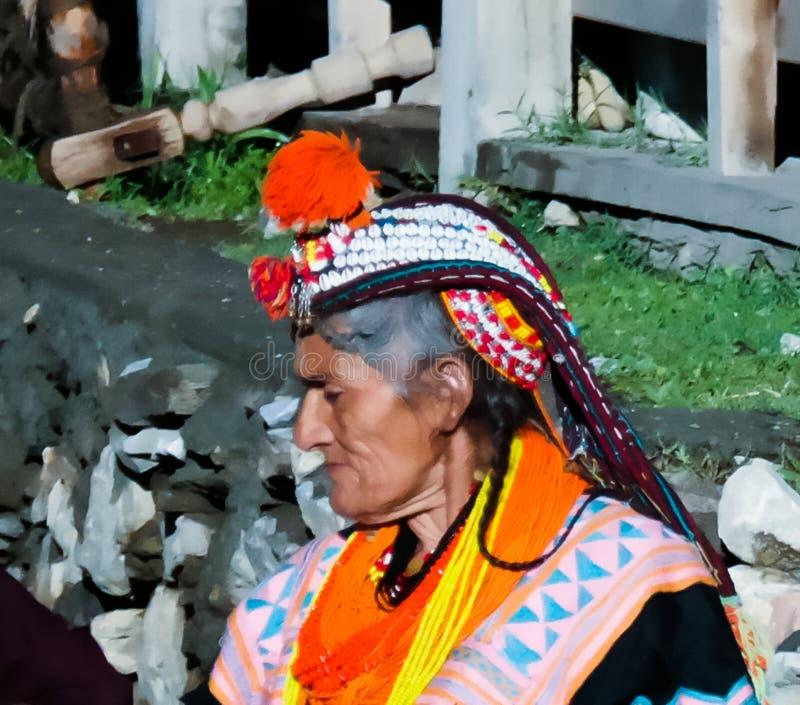 Портрет женщины племени Kalash в национальном костюме на фестивале Bumburet Joshi, Kunar, Пакистане стоковое изображение rf