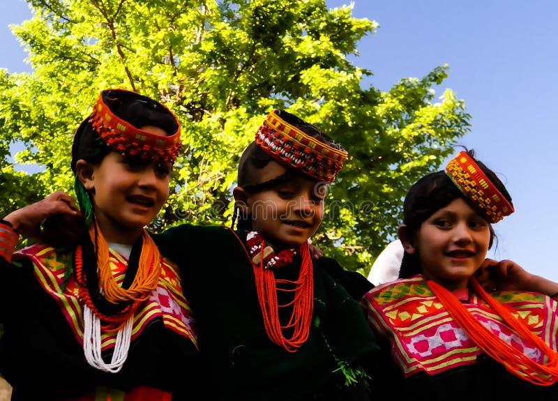 Портрет женщины племени Kalash в национальном костюме на фестивале Bumburet Joshi, Kunar, Пакистане стоковая фотография