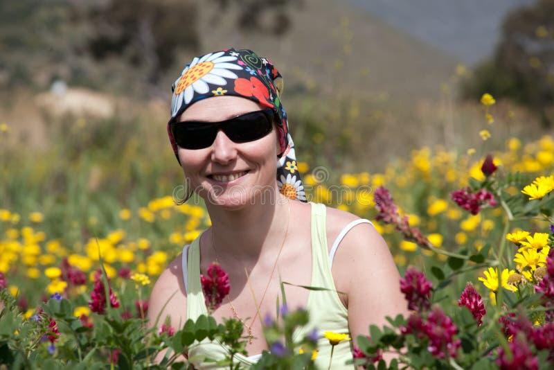 Портрет женщины среди цветков лета одичалых стоковые фотографии rf