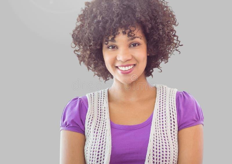 Портрет женщины с вьющиеся волосы с серой предпосылкой стоковое фото rf