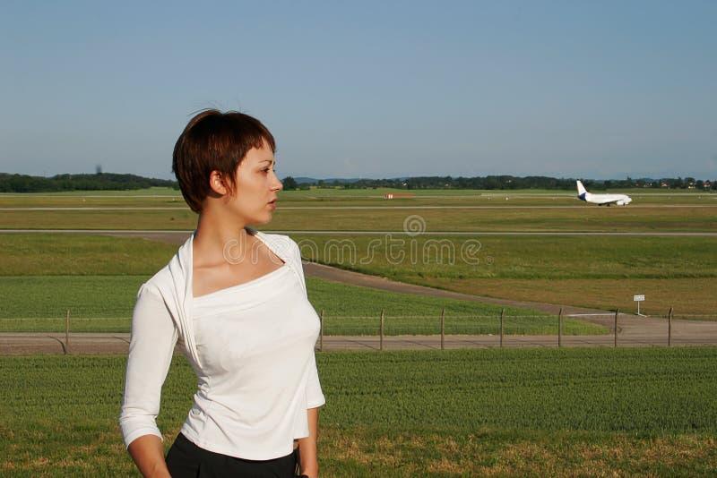 Портрет женщины с плоскостью стоковая фотография