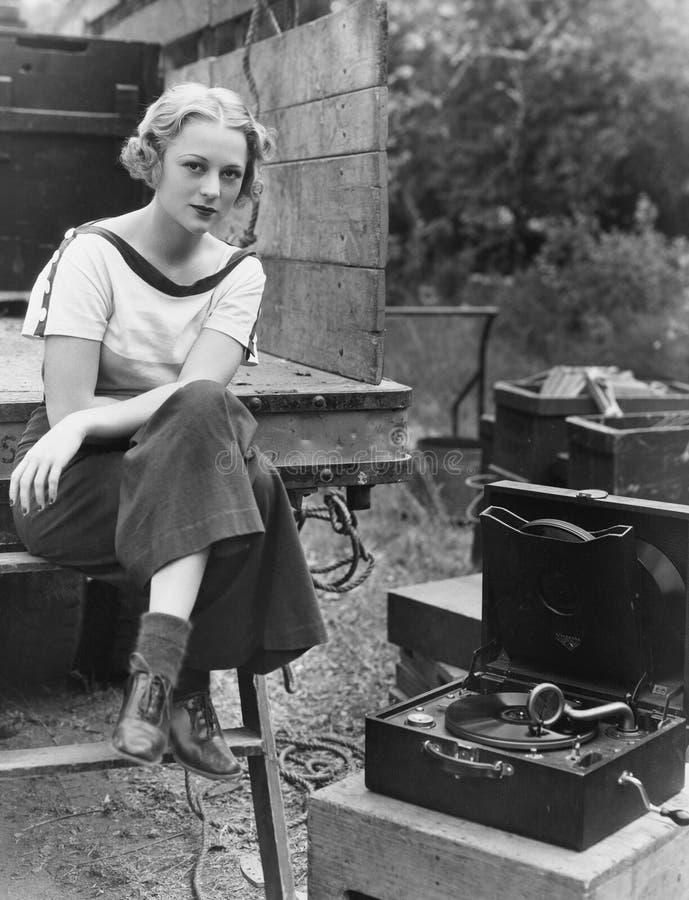 Портрет женщины с рекордным игроком стоковые изображения rf