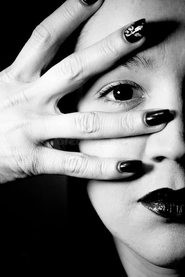 Портрет женщины с рукой по лицу стоковое изображение rf