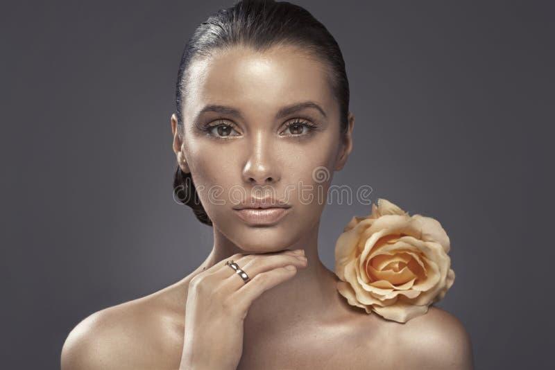 Download Портрет женщины с темным цветом лица Стоковое Изображение - изображение насчитывающей косметика, посмотрите: 37931849