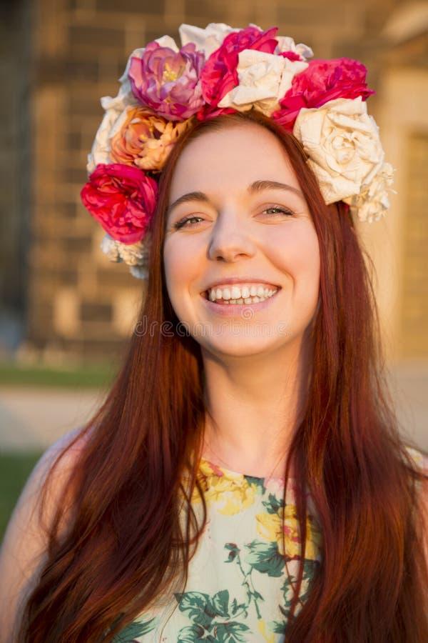 Портрет женщины с флористическим венком на ее голове стоковое изображение