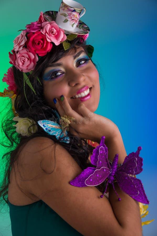 Портрет женщины с флористическим париком стоковые изображения rf