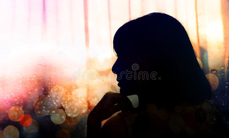 Портрет женщины тоскливости, рука взгляда со стороны на Chin, силуэте стоковые изображения