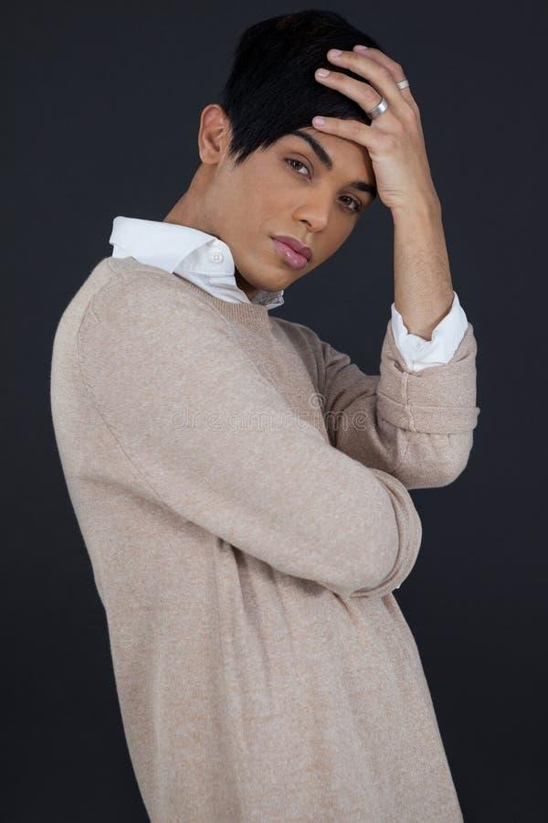 Портрет женщины трансгендерного с головой в руке стоковые изображения