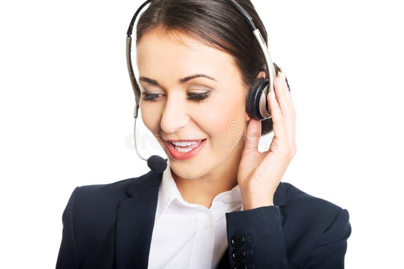 Портрет женщины центра телефонного обслуживания говоря к клиенту стоковое изображение