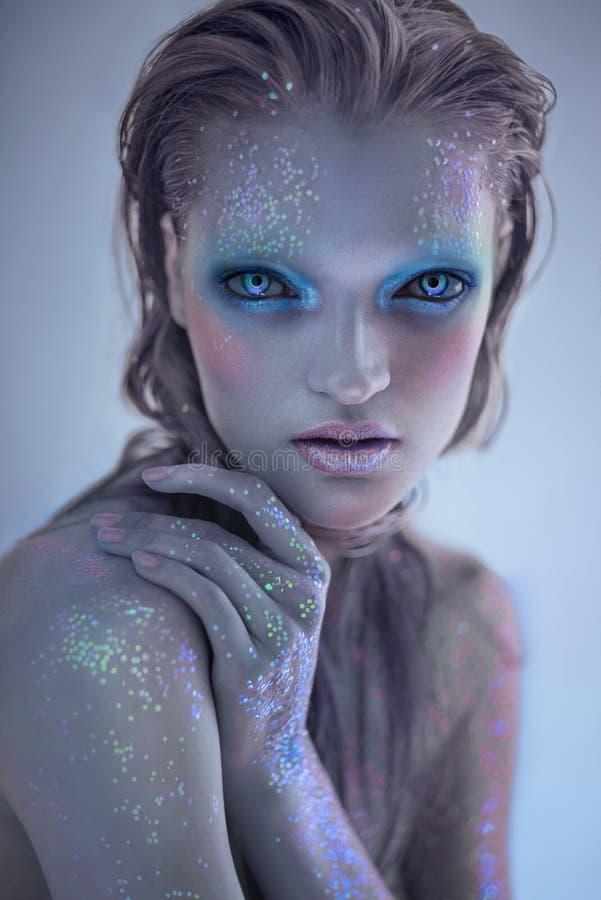Портрет женщины чужеземца с ярким блеском составляет стоковое изображение rf