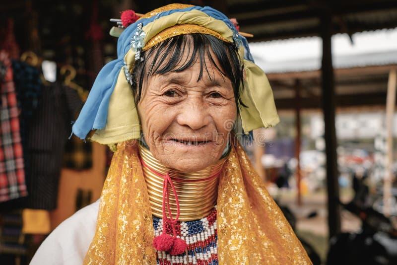 Портрет женщины шеи Padaung длинной в традиционной одежде стоковое изображение rf