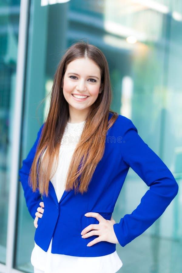 Download Портрет женщины стоковое изображение. изображение насчитывающей молодо - 37930343