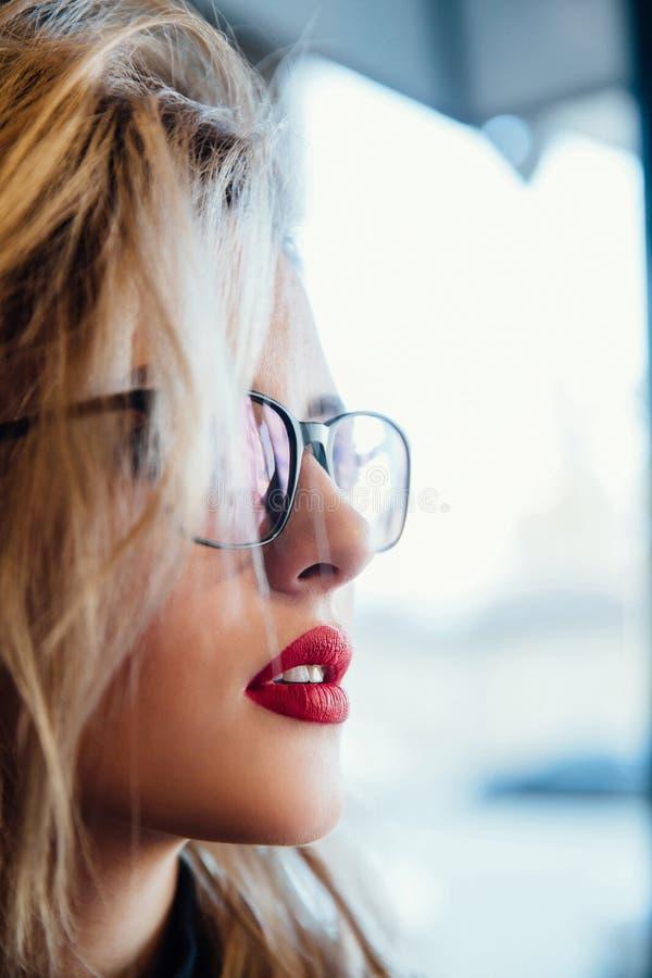 Портрет женщины eyewear стекел смотря прочь закройте женский портрет вверх стоковая фотография
