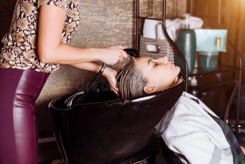 Портрет женщин которые моют волосы в салоне красоты стоковая фотография