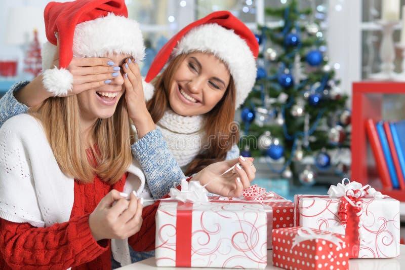Портрет женщин раскрывая подарки на рождество стоковая фотография