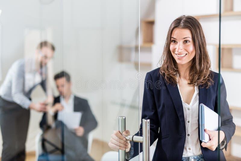 Портрет жизнерадостного современного женского профессионала в современном офисе стоковые фотографии rf