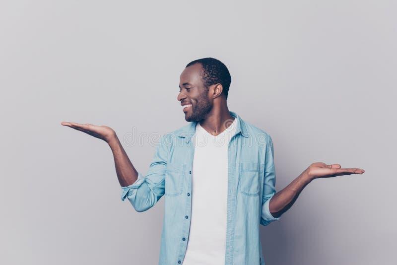 Портрет жизнерадостного excited удовлетворенного человека одел в вскользь вертепе стоковое изображение rf