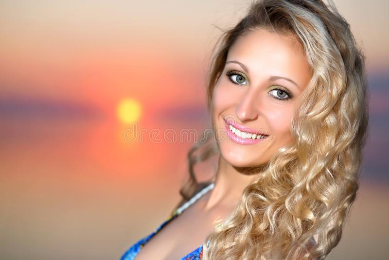Портрет жизнерадостной белокурой женщины стоковые фото