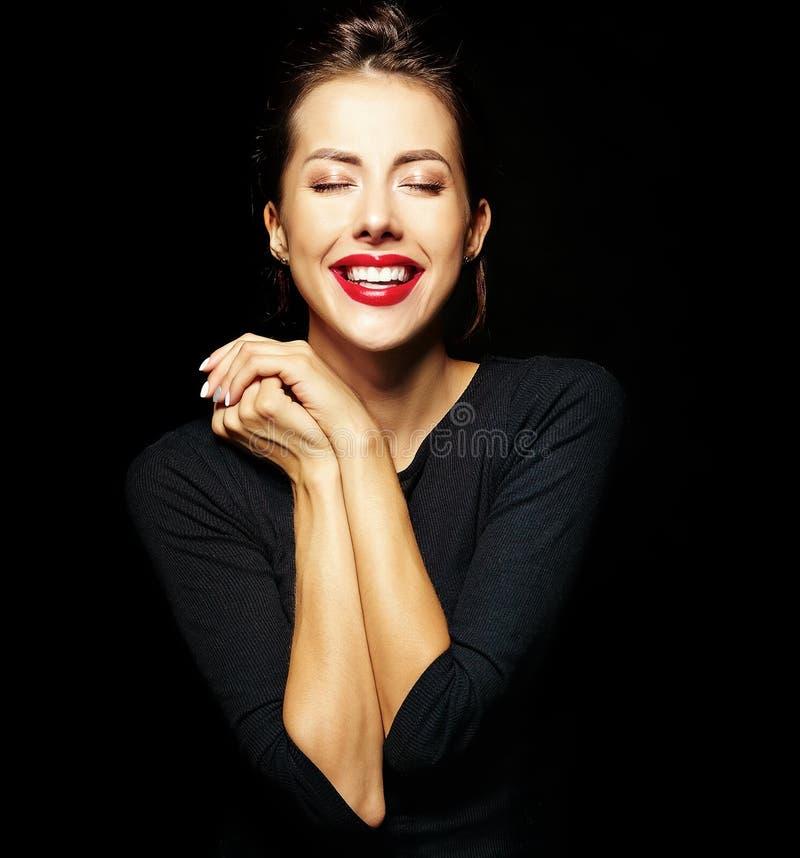 Портрет жизнерадостной усмехаясь девушки моды в вскользь черных одеждах стоковые изображения