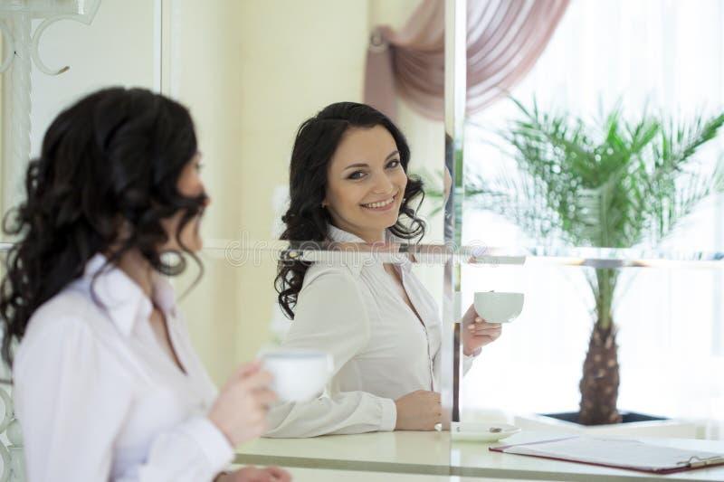 Портрет жизнерадостного брюнет смотря в зеркале стоковое изображение