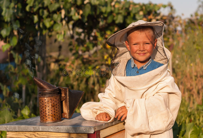 Портрет жизнерадостного beekeeper мальчика стоковое фото rf