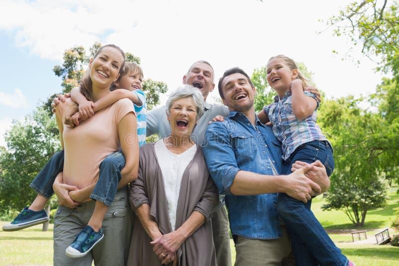 Портрет жизнерадостной семьи из нескольких поколений на парке стоковые изображения