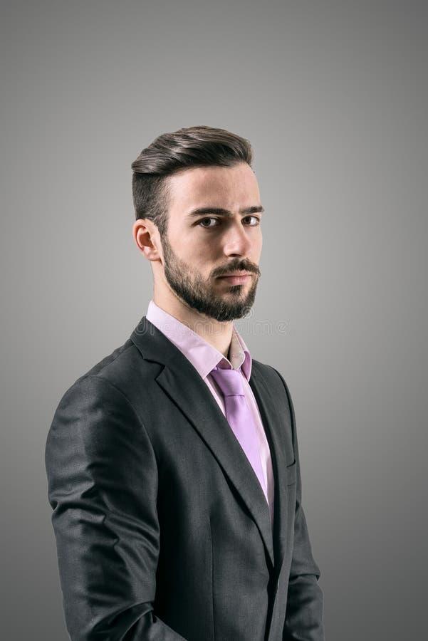 Портрет загадочного молодого бородатого человека стоковые фото