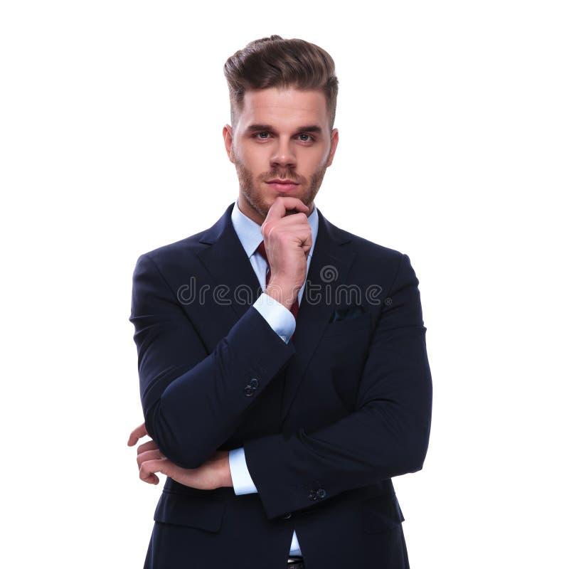 Портрет задумчивого молодого бизнесмена в военно-морском флоте покрасил костюм стоковая фотография rf