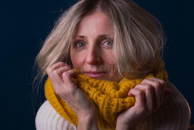 Портрет задумчивой женщины в теплых одеждах зимы смотря кулачок стоковое фото