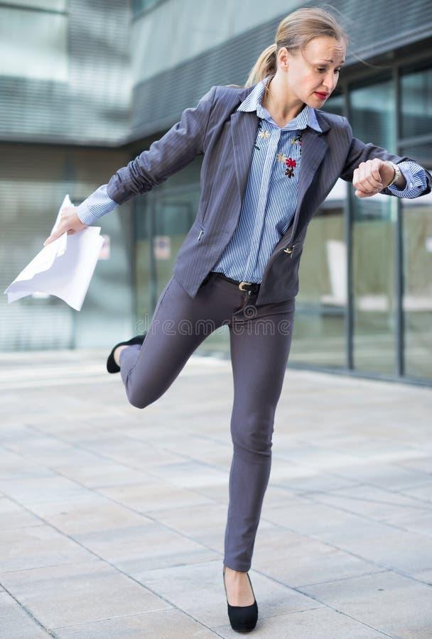 Портрет занятый женский спешить к важной встрече стоковые фото