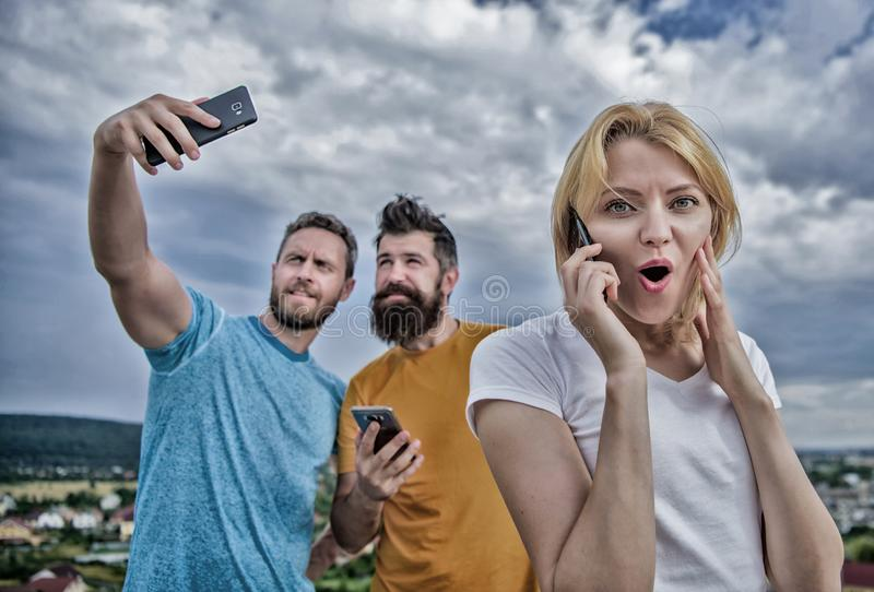 Портрет занятых людей говоря на мобильном телефоне Gro друзей стоковое изображение