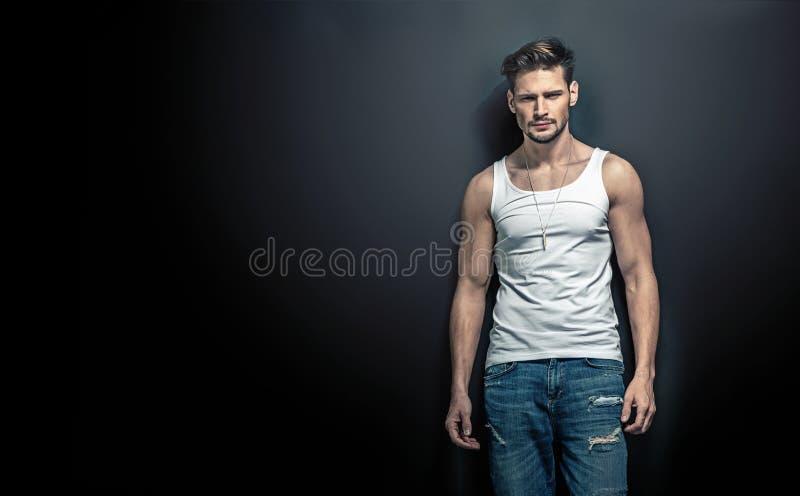 Портрет затишья, красивый молодой человек представляя на черном backgro стоковые фотографии rf
