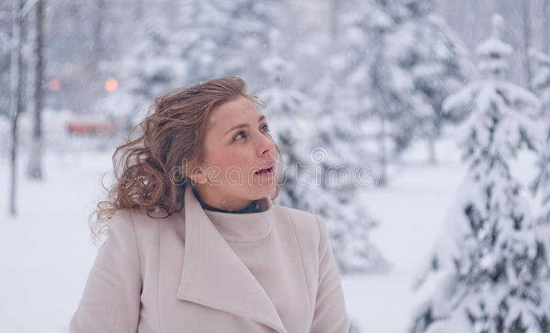 Download Портрет зимы женщины в белом пальто во время снежностей в парке Стоковое Фото - изображение насчитывающей лисица, портрет: 81804434