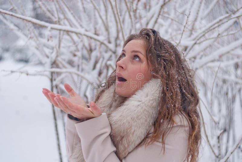 Download Портрет зимы женщины в белом пальто во время снежностей в парке Стоковое Фото - изображение насчитывающей напольно, лисица: 81804734