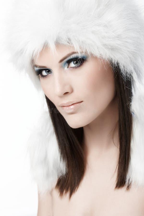 Портрет зимы женщины в крышке шерсти стоковые изображения