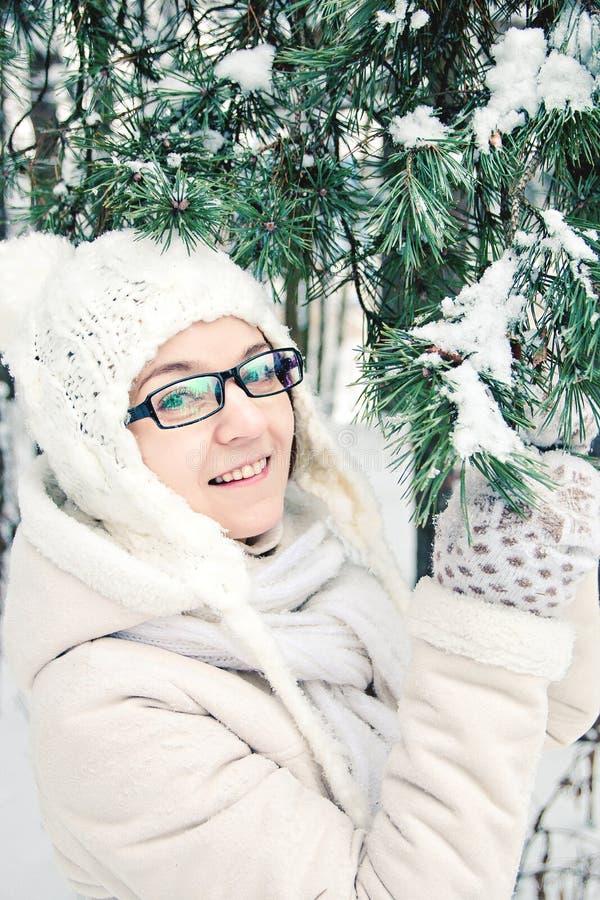 Портрет зимы маленькой девочки стоя около спруса стоковое изображение rf