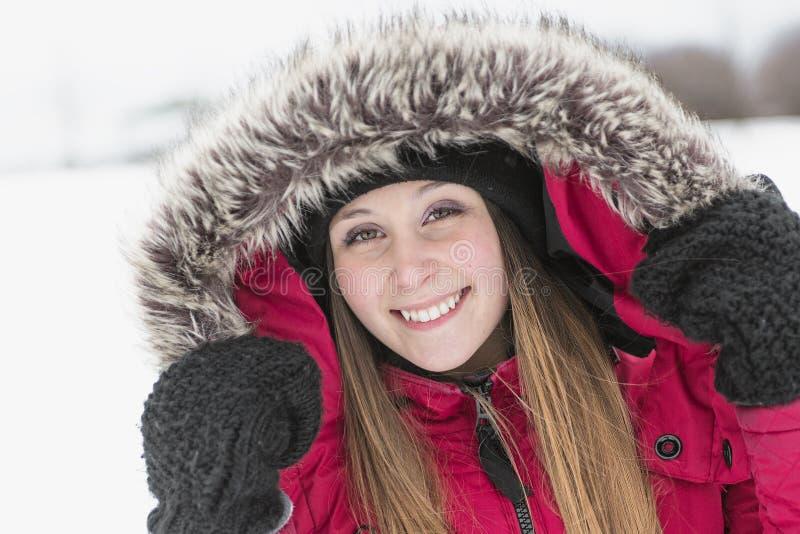 Портрет зимы милой милой маленькой девочки стоковое фото rf