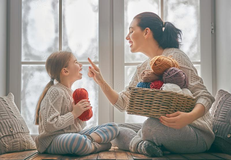 Портрет зимы семьи стоковая фотография