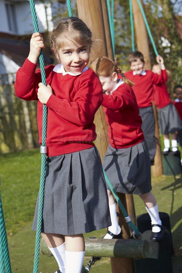 Портрет зрачков начальной школы на взбираясь оборудовании стоковое фото