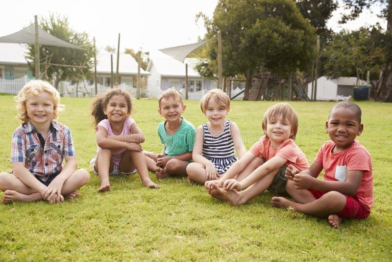 Портрет зрачков на школе Montessori во время внешнего пролома стоковое изображение
