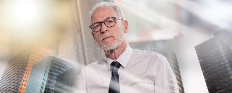 Портрет зрелого бизнесмена; множественная выдержка стоковое изображение rf